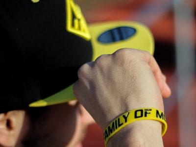 Žlutý náramek s parkour motivem se snapbackem