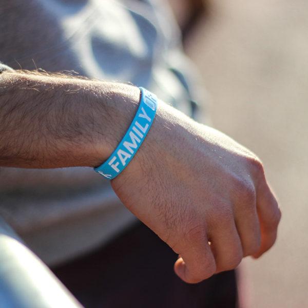 Světle modrý náramek s parkour motivem na zápěstí